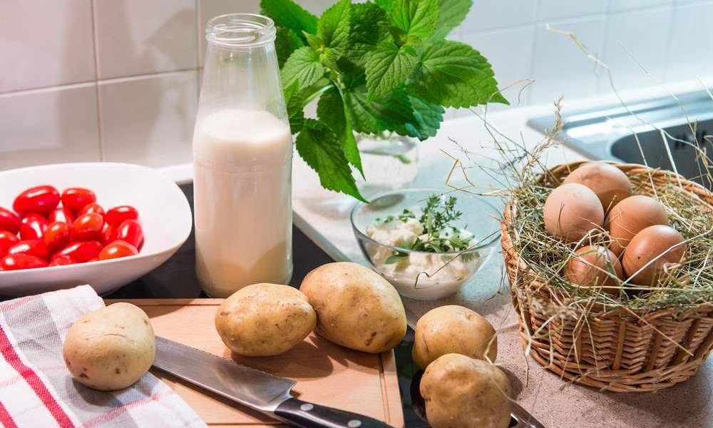 Genießen Sie morgens frische Milch vom Bauern